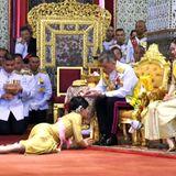 5. Mai 2019  Die Krönungszeremonie wird vom thailändischen Fernsehen übertragen und kann fast überall auf der Welt verfolgt werden. Wie hier die Salbung und offizielle Anerkennung der königlichen Familienmitglieder. Prinzessin Sirivannavari Nariratana nähert sich ihrem Vater unter untertänigster Körperhaltung.