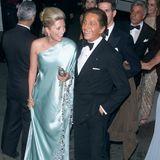 """Die begleitet Designlegende Valentino 2001 in einem seidenen One-Shoulder-Dress zur Met Gala in New York. Seit 2000 arbeitet die Frau von Kronprinz Pavlos von Griechenland, Prinz von Dänemark, selbst als Designerin für ihr Label """"Marie Chantal LLC"""". Es ist ihr dritter Besuch des spektakulären Mode-Events."""