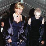 """Prinzessin Diana (†) lacht 1996 an der Seite ihrer langjährigen Freundin und ModejournalistinLiz Tilberis auf dem Weg ins New Yorker """"Metropolitan Museum of Art"""". Nur wenige Wochen bevor die Scheidung von Prinz Charles finalisiert wurde, überraschte sie in einem blauen Seidenkleid von Dior und mit auffälligem Perlenschmuck. Klar, dass der beliebte Royal dort alle Blicke auf sich zog."""