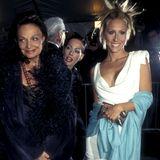 Designerin Diane von Fürstenberg wird 1997 von ihrer damaligen Schwiegertochter Alexandra von Fürstenberg begleitet. Von 1995 bis 2002 war diese mit Prinz Alexander von Fürstenberg verheiratet. Sie ist außerdem die Schwester von Griechenlands Prinzessin Marie-Chantal.