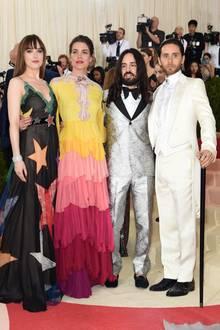 Charlotte Casiraghi (2.v.l.) posiert 2016 an der Seite von Hollywood-Stars Dakota Johnson und Jared Leto (ganz rechts). Sie alle begleiten Guccis Kreativdirektor Alessandro Michele und tragen natürlich seine Kreationen.