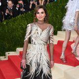 Königin Rania von Jordanien gilt als absolute Stilikone. 2016 erscheint sie in einem mit goldenen Federn bestickten Kleid von Valentino auf der Met Gala. 2007 war sie zum ersten Mal eingeladen.