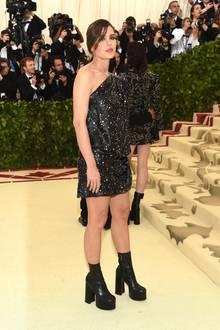 2018 zieht die schöne Monegassin in einem asymmetrischen Kleid von Saint Laurent alle Blicke auf sich. Derbe, schwarze Boots setzen ihre schlanken Beine in Szene.