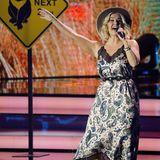 Beatrice Egli ist die Einzige, die sich nach dem Red Carpet nicht noch mal umzieht. Sie trägt auf der Bühne bei ihrem Auftritt das gleiche gemusterte Maxi-Kleid mit Spitzeneinsatz wie zuvor. Dazu kombiniert sie coole Stiefeletten und einen Hut.