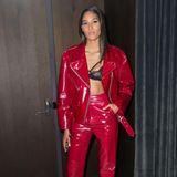 """""""Victoria Secret""""-Model Cindy Bruna zeigt sich bei der Party in einem roten Lack-Zweiteiler. Wow-Effekt: Unter der lässigen Jacke blitztlasziv ein schwarzer BH aus Spitze hervor."""