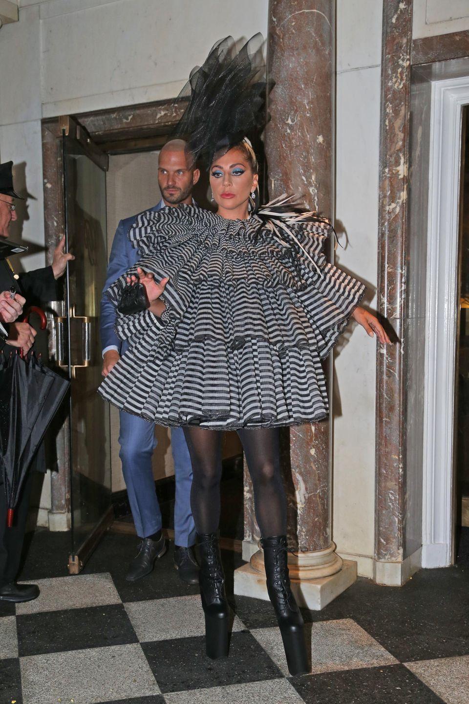Mit diesem extravaganten Outfit von Marc Jacobs zieht Lady Gaga bereits vor der großen Met Gala alle Blicke auf sich.