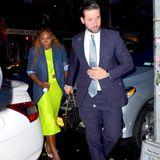 In diesem Outfit ist Serena Williams nicht zu übersehen. Die Tennisspielerin wählt für das Dinner ein neonfarbenesKleid mit Cut-Outs. Ihr blauer Blazer passt farblich zu dem schlichten Anzug ihres EhemannesAlexis Ohanian.