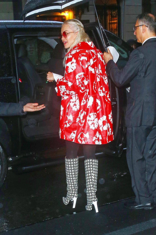 Passend zum regnerischen Wetter in New York wählt Rita Ora für das Dinner vor der Met Galaeine auffällige Jacke und gemusterte Stiefel.