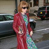 """Très Chic: Anna Wintour ist auf dem Weg zu ihrem Met-Gala-Dinner im """"Mark Hotel"""" in New York. Die Vogue-Chefin kombiniert zu ihrem bunt-gemustertenKleid einen roten Ledermantel und passende Lederstiefel."""