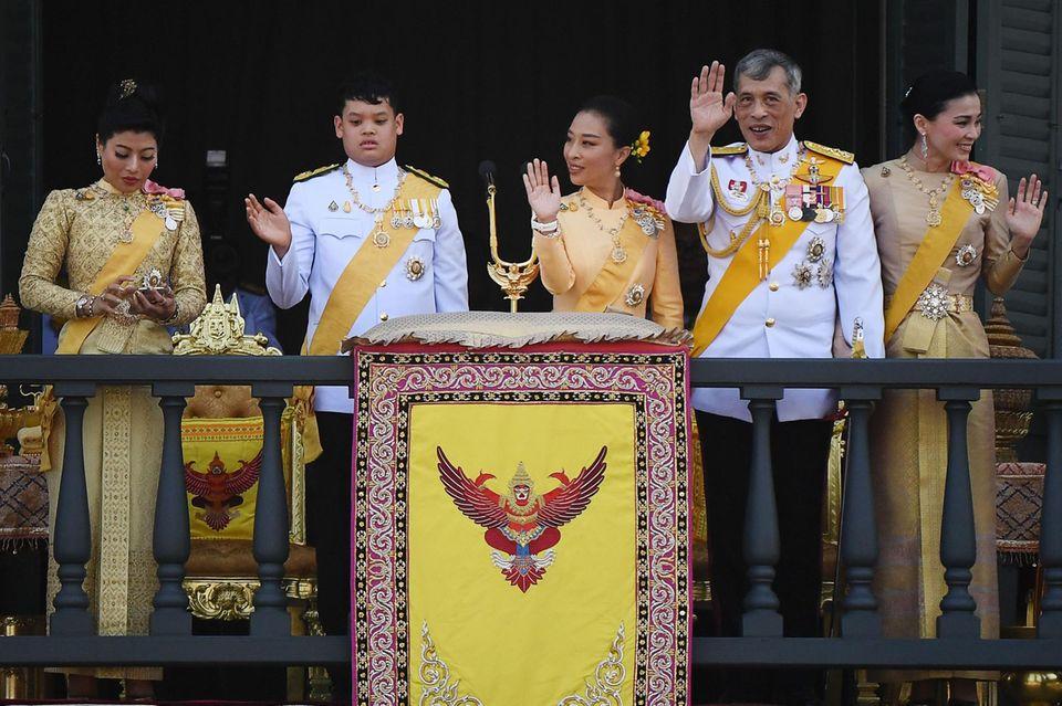 König Maha (2.v.r.) posiert am 6. Mai 2019 mit seinen Kindern Prinzessin Sirivannavari Nariratana (l.), PrinzDipangkorn (2.v..l.) und PrinzessinBajrakitiyabha Mahidol (Mitte) und seiner Ehefrau Königin Suthida (r.) auf einem Balkon des Palastes in Bangkok