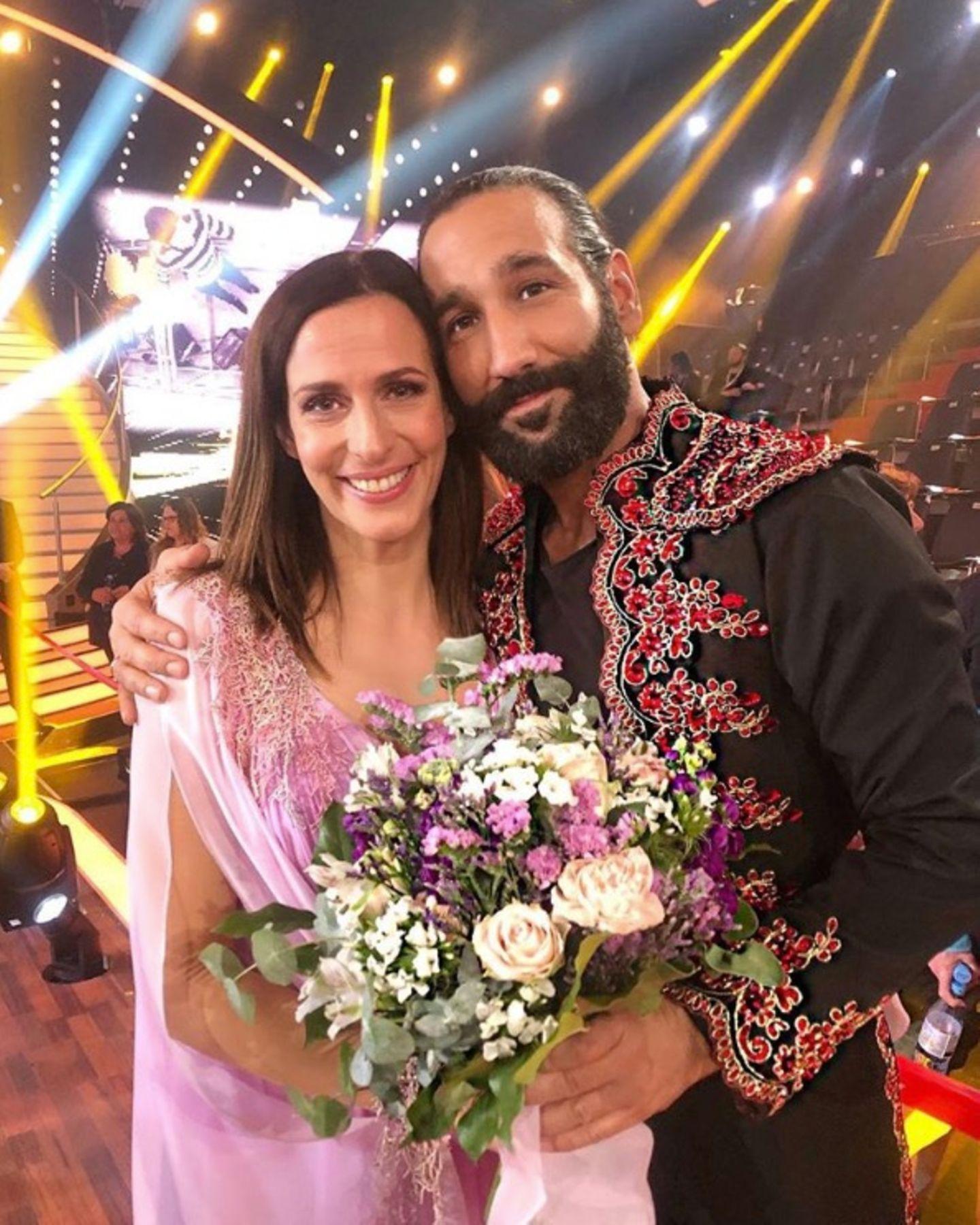 """5. Mai 2019  Mit diesem süßen Schnappschuss verabschiedet sich Massimo Sinató von Ulrike Frank. """"Tränen lügen nicht. Kopf hoch. Du hast so schön getanzt"""", schreibt der Tänzer zu dem Foto. Die Schauspielerin musste die RTL-Tanzshow """"Let`s Dance"""" nach der sechsten Mottoshow verlassen."""
