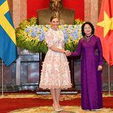 Prinzessin Victoria wird von der Vizepräsidentin Vietnams,Dang Thi Ngoc Thinh, begrüßt.