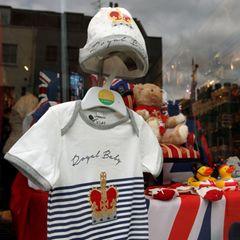 Ein Souvenirladen nahe Windsor Castle hat sein Sortiment auf die Geburt von Baby Sussex eingestellt und einen Baby-Body ins Schaufenster gehängt.