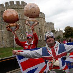 Eingefleischte Royal-Fans warten vor Schloss Windsor aufgeregt auf Baby-News.