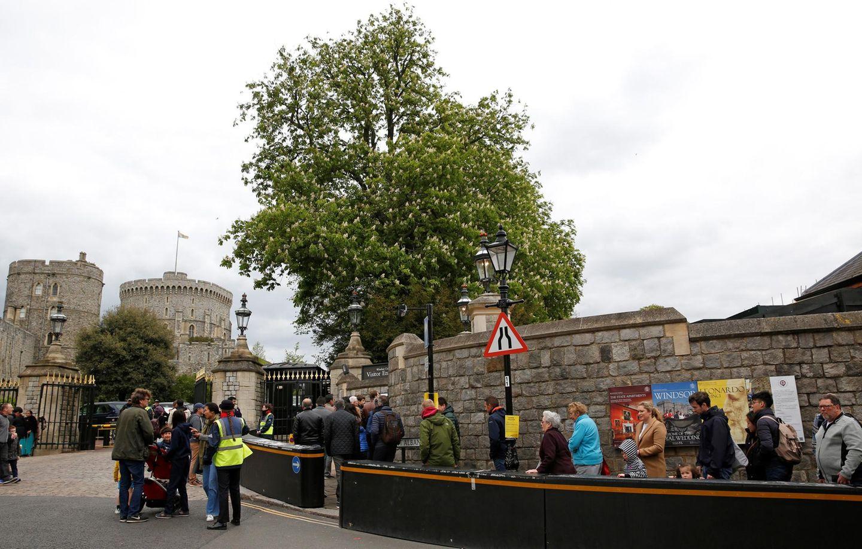 Besucher warten auf Einlass ins Windsor Castle, als die Nachricht kommt, dass Herzogin Meghan in den Wehen liegt.