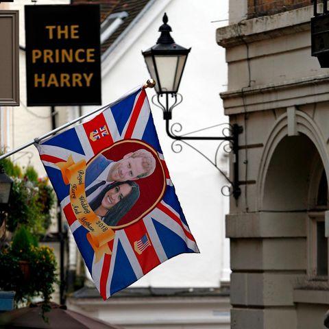 """Vor dem Pub """"The Prince Harry"""" nahe Schloss Windsor wird eine Flagge mit dem Bild des Herzogspaars gehisst."""