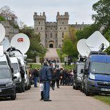 Fernsehteams postieren sich vor Schloss Windsor, um über die Geburt des kleinen Jungen zu berichten.