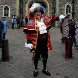 Stadtschreier Tony Appleton ist für seine inoffiziellen Ankündigungen königlicher Ereignisse bekannt. Heute verkündet er die Geburt von Baby Sussex.