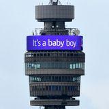 """Der Londoner BT Tower ist zur Feier des Tages mit einem blauen """"Es ist ein kleiner Junge""""-Banner beleuchtet."""