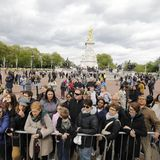 Fans drängen sich vor den Buckingham-Palast.