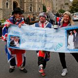Ausgelassen feiern die Fans die Geburt von Prinz Harrys und Herzogin Meghans Sohn.