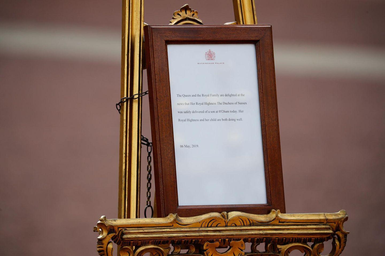 Vor dem Palast wird die Tafel aufgestellt, auf der die britische Königsfamilie die Geburt des Nachwuchses verkündet. Der kleine Sohn von Meghan und Harry hat demnach morgens um 5.26 Uhr dasLicht der Welt erblickt.
