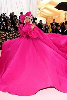 Lady Gaga überrascht nicht mit einem, sondern mit vier Looks. Dasrosafarbene Mantelkleid von Brandon Maxwellist erst der Anfang ihres spektakulären Auftritts. Das Beste kommt erst noch.