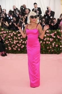 Und auch das Schlauchkleid in knalligem Pink trägt die Sängerin nur kurze Zeit.