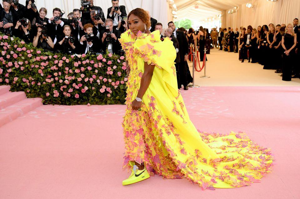 Nur ihre Schuhe scheinen nicht so ganz zum Rest des Outfits passen.