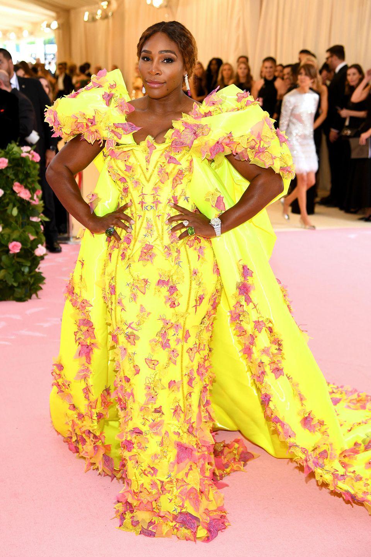 Serena Williams ist ein Hingucker in ihrem Atelier Versace-Kleid und dem De Grisogono-Schmuck.