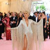 Céline Dion kommt als goldenes Revue-Girl zur Gala. Sie trägt Oscar de la Renta.