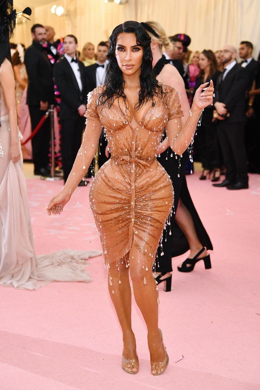 Kim Kardashian in einem Tropfen-Kleid von Mugler.