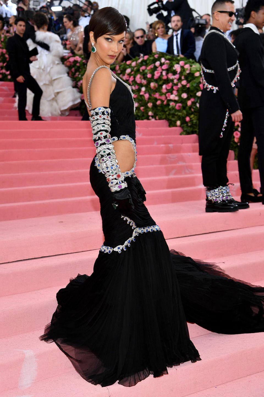 Bella Hadid zeigt Hüfte. Das Topmodel trägt Moschino.