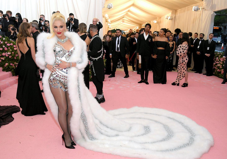 Gwen Stefani trägt eine Kreation von Jeremy Scott. Ihre High Heels sind von Louboutin.