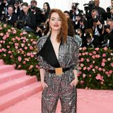 Emma Stone glitzert im Disco-Look von Louis Vuitton.