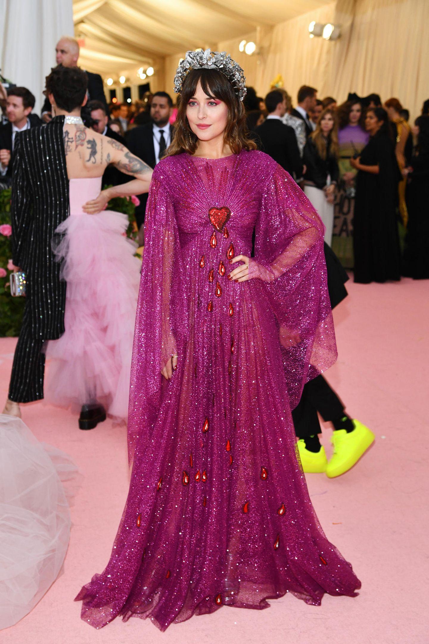 Beherzt zeigt sich Dakota Johnsonim fuchsiafarbenen Gucci-Look.