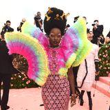 Im Sternenkleid mit Neon-Regenbogen-Top von Atelier Versace knallt es bei Lupita Nyong'o so richtig.