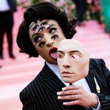 Ezra Miller beeindruckt vor allem mit seinem vieläugigen Make-up.
