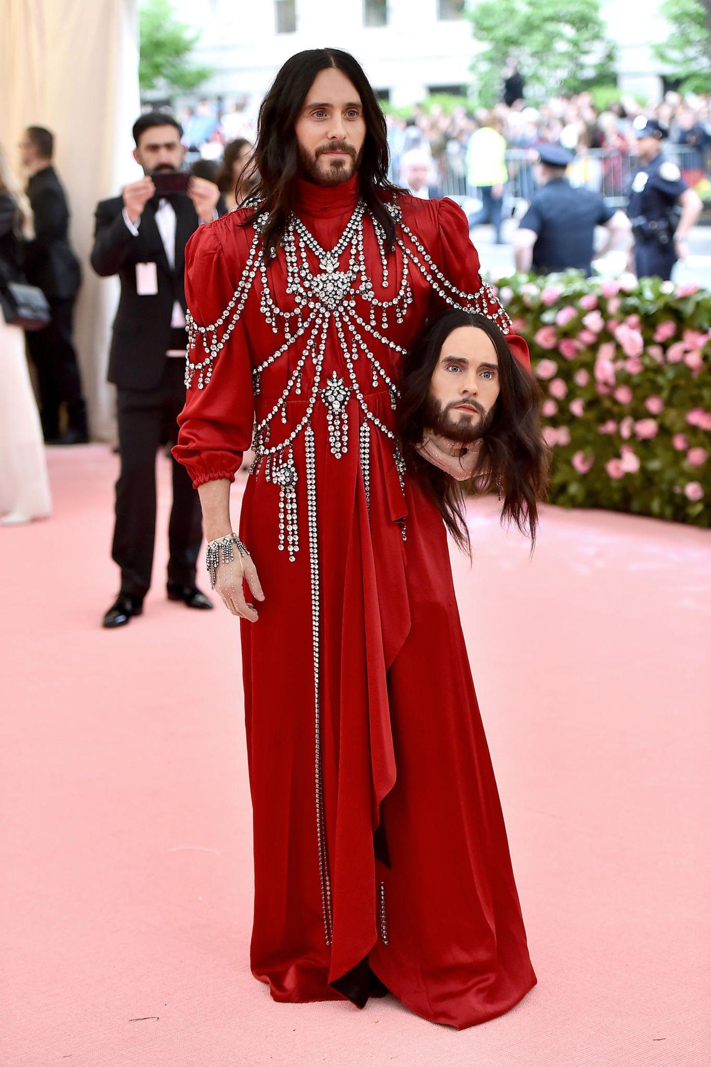 Makaber wird's bei Jared Leto, der im roten Dracula-Style von Gucci seinen eigenen Kopf mit umher trägt.