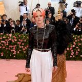 Rote Haare sind für Kristen Stewart schon ziemlich auffällig, beim fast klassischen Chanel-Outfit bleibt sie dennoch.