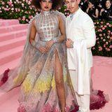 Im futuristischen Feder-Look von Dior Couture zeigt sich Priyanka Chopra mit Ehemann Nick Jonas,ebenfalls in Dior.