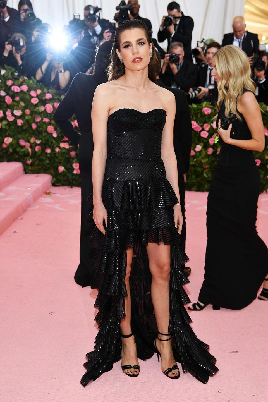 Auch Monegassen-Schönheit Charlotte Casiraghi ist zu Gast bei der diesjährigen Met Gala. Als Royal dreht sie mit ihrem schwarzen Pailletten-Look aber lieber nicht ganz so sehr auf.