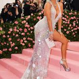 Jennifer Lopez weiß genau, wie sie den sexy Pailletten-Look von Atelier Versace perfekt in Szene setzt.