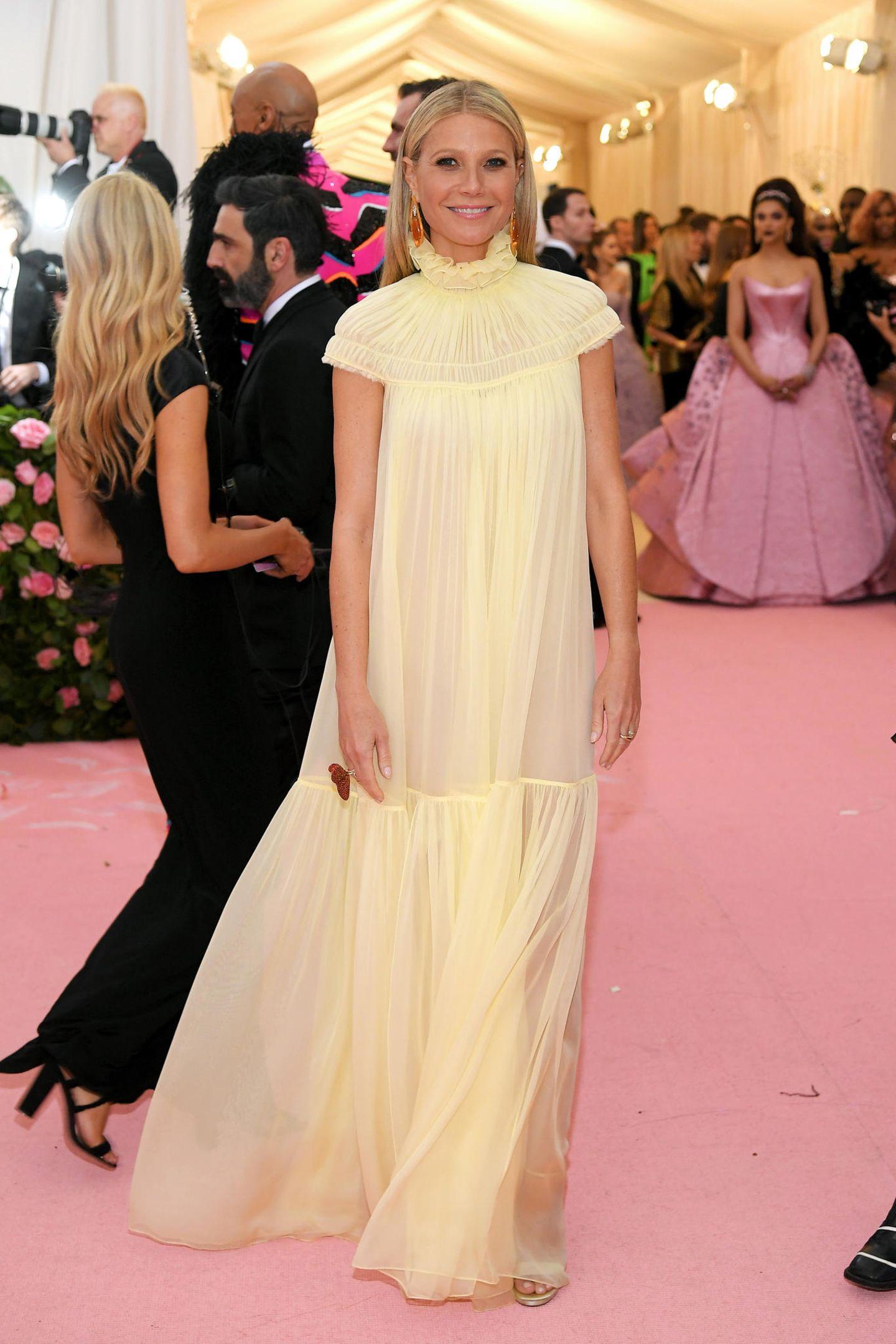 """Das Thema """"Camp"""" scheint an Gwyneth Paltrow vorbeigegangen zu sein. Ihr zartgelbes Kleid von Chloé sieht zwar schön romantisch aus, auffällig oder extrovertiert erscheint sie damit nicht."""