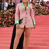 Kurz und knapp präsentiert sich Ashley Graham im Blazer-Look von Gucci.