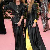 Das doppelte Lederchen: Die Zwillinge Mary Kate Olsen und Ashley Olsen zeigen sich im schwarzen Partnerlook bei der Met Gala.