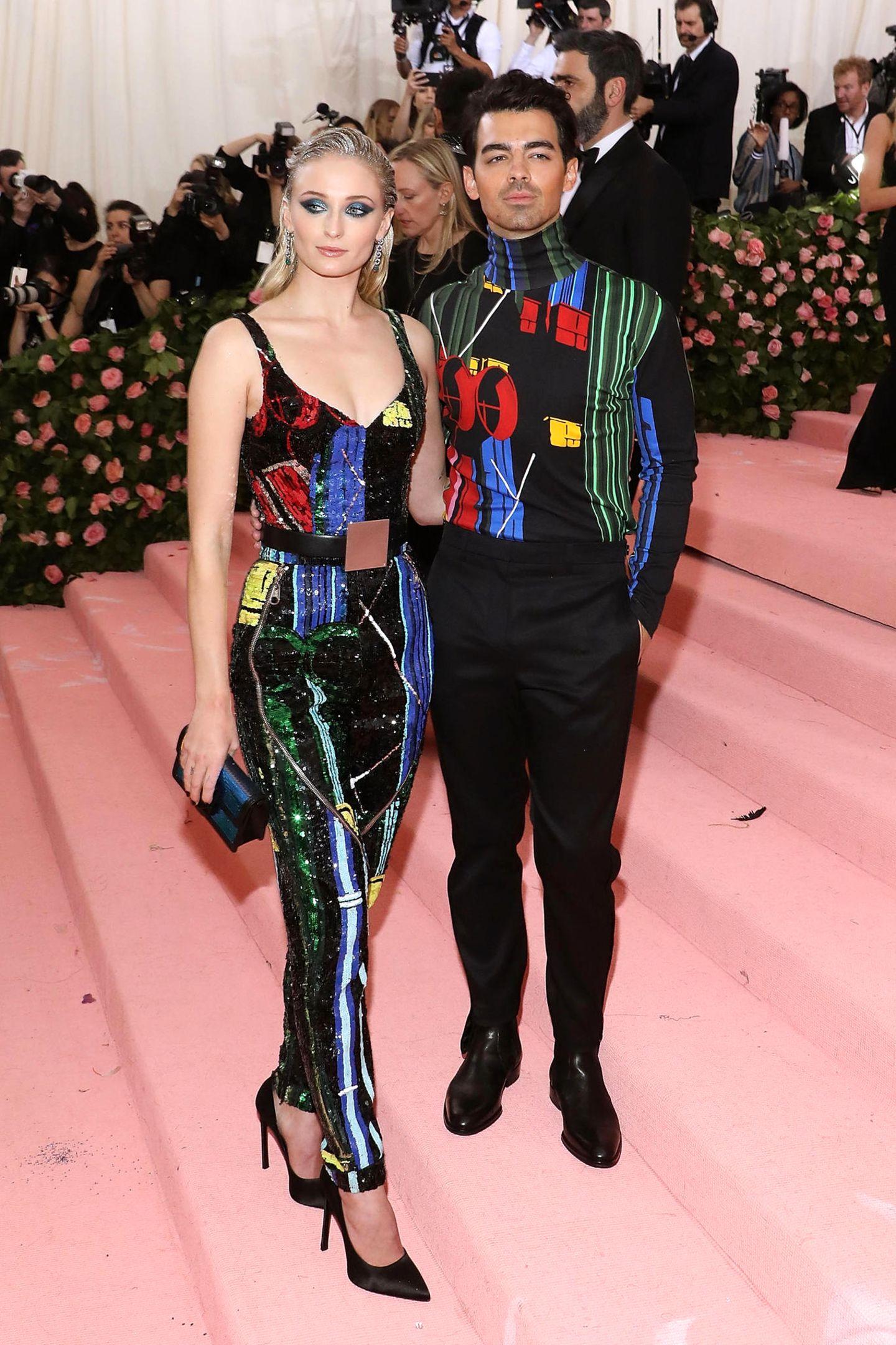 Im stylischen, buntenPartnerlook zeigen sich auch Sophie Turner und Joe Jonas.