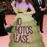 Hailee Steinfeld bringt im Haute-Couture-Kleid von Viktor & Rolf eine schöne Portion Ironie auf den Red Carpet.