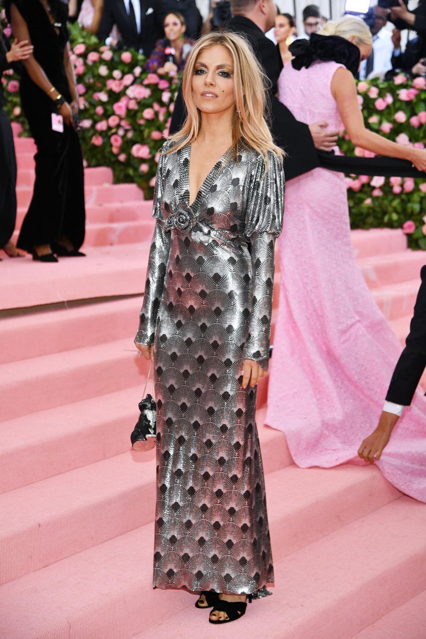 Im Silber-Style von Paco Rabanne schreitet Sienna Miller Miller die Treppen zum Metropolitan Museum hoch.