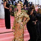 Emily Blunt spielt im Pailletten-Look von Michael Kors Collection die Goldmarie der diesjährigen Met Gala.